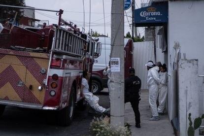 Equipe de legistas trabalha nos arredores da casa de Andrés N., em Atizapán.