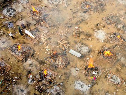 Foto aérea desta segunda-feira mostra famílias e amigos se despedindo de uma vítima de covid-19 em um crematório de Nova Délhi. Em vídeo, o diretor-geral da OMS, Tedros Adhanom Ghebreyesus, pede ajuda urgente para a Índia.