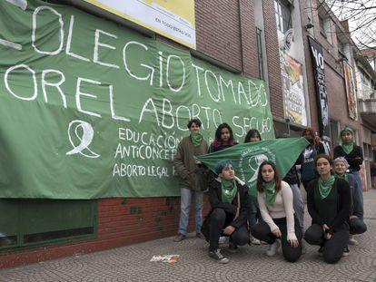 Alunos da Escola de Belas Artes Rogelio Yrurtia, ocupada em apoio à lei do aborto legal.