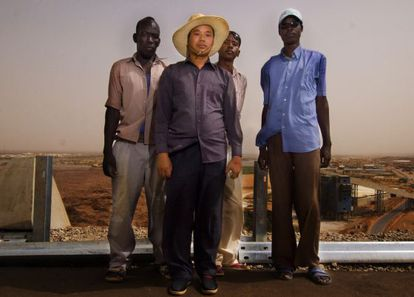 Trabalhadores chineses e do Sudão na represa Merowe, no Congo, o maior projeto de infraestrutura feito pela China na África.