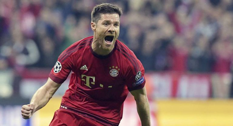 Xabi Alonso comemorando gol com camisa do Bayern de Munique