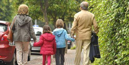 Avós com seus netos.