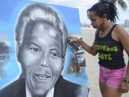 A educadora Graciara da Silva, moradora da favela do Mandela, grafita em homenagem ao líder sul-africano.