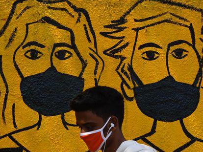 Jovem em Mumbai, Índia, no primeiro dia de quarenta imposta no país diante da pandemia de coronavírus, nesta quarta-feira.