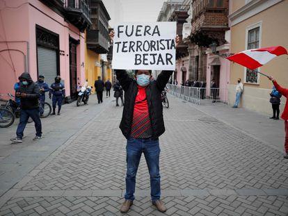 Manifestantes contrários ao chanceler demissionário do Peru, Héctor Béjar, em frente ao palácio de Torre Tagle, sede da Chancelaria, nesta terça-feira, em Lima.