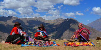 Membros da comunidade de Viacha, no Vale Sagrado (Peru), expõem diversos tipos de batatas e artesanato