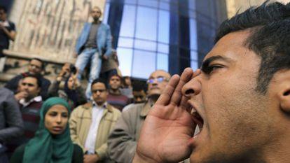 Homem protesta contra a absolvição do ditador Mubarak no Cairo.