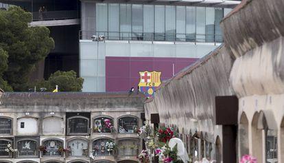 O cemitério de Les Corts com o Camp Nou ao fundo, em Barcelona.