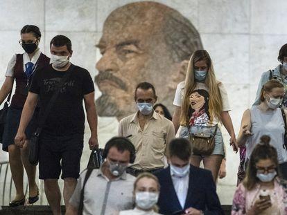 Passageiros usando máscara entram no metrô de Moscou nesta quarta-feira.