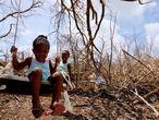 Tiquania Lewis, de dos años, juega con su hermana Tiquanisha, de cinco, en la isla de Anguilla.