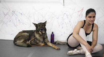 A bailarina Marina Guimarães e o cão Duke.