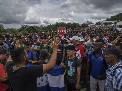 A caravana migrante, na fronteira de El Ceibo.