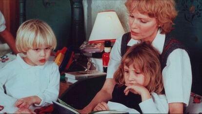 Mia Farrow, com seus filhos Ronan (esquerda) e Dylan, em cena do documentário 'Allen v. Farrow'.