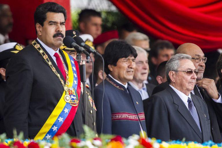 Nicolás Maduro acompanhado por Raúl Castro e Evo Morales.