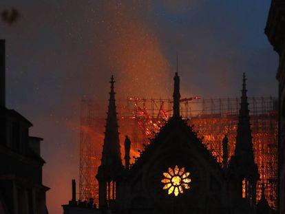 Catedral de Notre Dame, em Paris, é atingida por fogo.