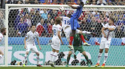 Pogba marca de cabeça o segundo gol da França.