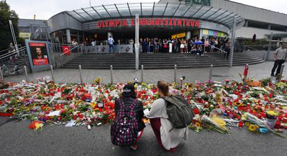 Flores e velas em homenagem às vítimas em Munique.