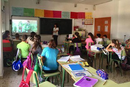 Um grupo de alunos assiste a uma palestra do coletivo No Te Prives, em uma escola de Múrcia.