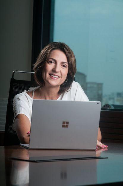 """Desde 2015, Paula Bellizia tem a missão de liderar a Microsoft no Brasil. Ela é formada em Computação e Ciência da Informação e começou sua carreira no Marketing da Whirlpool em 1992. Depois de 7 anos foi para a Telefônica como gerente de produtos. Paula deixou a Telefônica em 2002 para iniciar sua trajetória na Microsoft como gerente de vendas para pequenas e médias empresas. Em seus 10 anos na Microsoft, ocupou diferentes posições, sendo a última a de diretora de marketing e operações. Em 2013, ingressou no Facebook como diretora de vendas para pequenas e médias empresas para América Latina e na sequência foi presidente da Apple no Brasil, liderando a operação durante dois anos, até voltar à Microsoft como presidente. No Brasil ela levanta a bandeira da diversidade. """"Como líder, descobri que a diversidade deve ser levada numa jornada. Uma jornada de aprendizado, pois nunca sabemos tudo sobre o tema. E uma jornada de longa duração, porque dependemos de mudanças que são sociais, de âmbito global talvez, e que não ocorrem no ritmo que desejamos. Por isso dou tanta importância à inclusão: ela é o esforço permanente pelo qual se traz a diversidade para dentro das empresas e pelo qual se mantém o ambiente diverso"""", afirmou em um artigo recente no LinkedIn."""