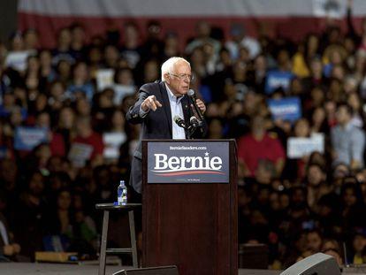 Bernie Sanders durante um comício em Los Angeles.