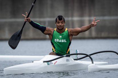 Giovane Vieira de Paula celebra sua medalha.
