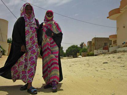 As irmãs Magboula e Sahida Mohamed, em uma rua de Nuakchot.