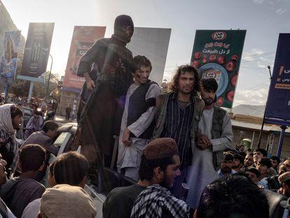 Guerrilheiros do Talibã exibem, para escárnio público, um grupo de homens acusados de roubar e semear o pânico usando armas. Em vídeo, imagens dos supostos ladrões em uma movimentada rotatória em Cabul.