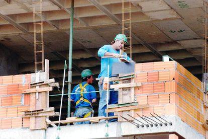 Funcionários em uma obra em Brasília.