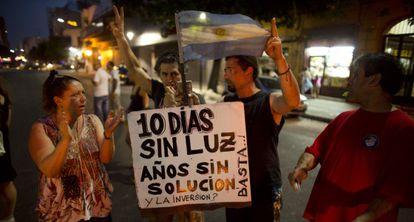 Manifestantes protestam contra o apagão em Buenos Aires.