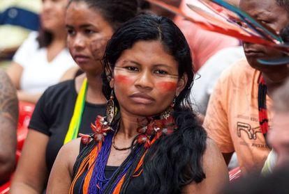 Bel Juruna, a nova liderança feminina da Volta Grande do Xingu, em audiência pública realizada em novembro de 2016, em Altamira, no Pará.