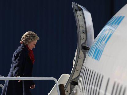 A candidata democrata, Hillary Clinton, embarca em seu avião de campanha.