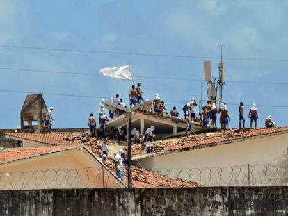 Presos amotinados sobre o telhado do presídio de Alcaçus, em Natal, nesta terça-feira.