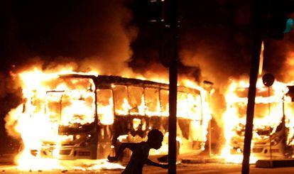 Ônibus foram incendiados em confronto entre manifestantes e policiais.