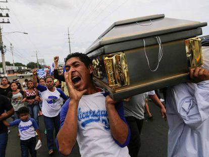 Amigos e familiares carregam o caixão do estudante Gerald Velázquez, morto durante confrontos com a polícia, próximo da Universidade Nacional Autônoma da Nicarágua (UNAM), em Manágua, no dia 16 de julho de 2018.
