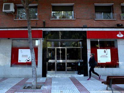 Entrada do edifício na rua José del Hierro, 51, em Madri, onde o cadáver mumificado de uma moradora foi encontrado nesta semana.