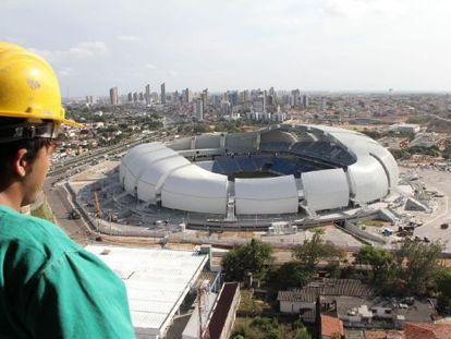 Operário observa a Arena das Dunas do alto, nesta quarta-feira.