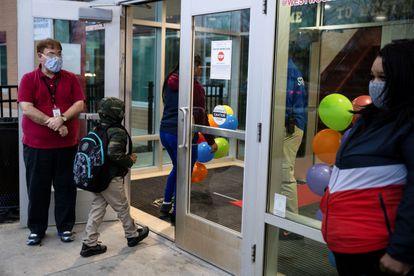 Professores dão as boas-vindas aos alunos em Dayton, Ohio, em 1º de março.