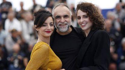 Karim Ainouz entre Julia Stockler e Carol Duarte, que atuam em 'A Vida Invisível de Eurídice Gusmão'.