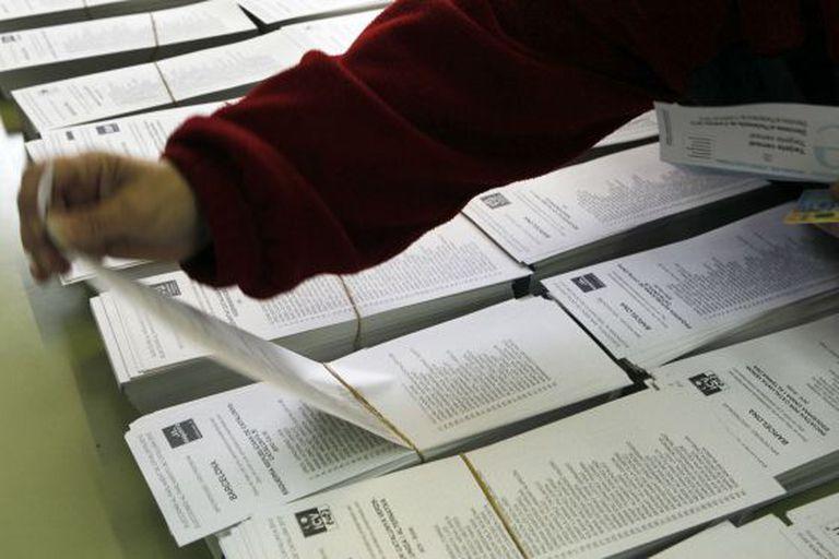 Cédulas em um colégio eleitoral de Terrassa (Barcelona) nas eleições catalãs de 25 de novembro.