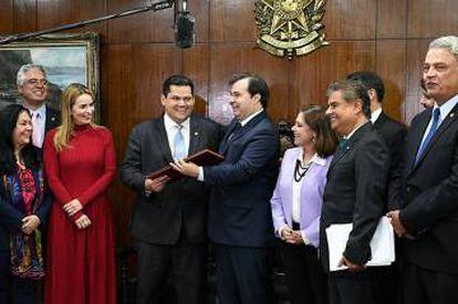 Presidente do Senado, Davi Acolumbre, recebe de Rodrigo Mais o texto da proposta.