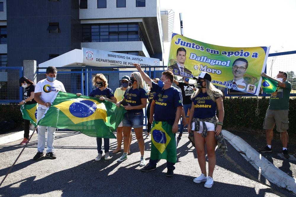 Simpatizantes de Bolsonaro e Sergio Moro em frente à sede da Polícia Federal em Curitiba.
