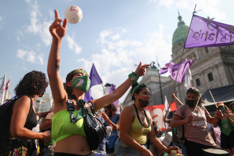 Manifestantes a favor do aborto legal marcham diante do Congresso em Buenos Aires, em 29 de dezembro.