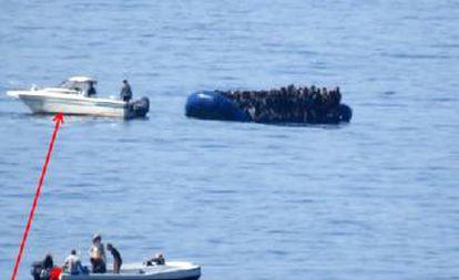 Pequenas lanchas, que os serviços de inteligência identificam com o contrabando de migrantes, acompanham as embarcações até o alto mar no Mediterrâneo Central.