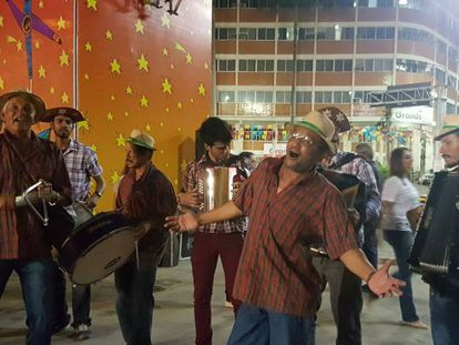 Forrozeiros animam o maior São João do Brasil, em Caruaru (PE).