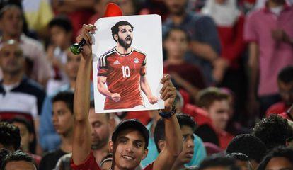 Torcedor egípcio ergue desenho de Salah em jogo da seleção.