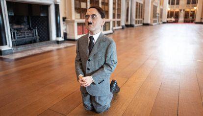 Obra do artista Maurizio Cattelan baseada na imagem de Adolf Hitler.