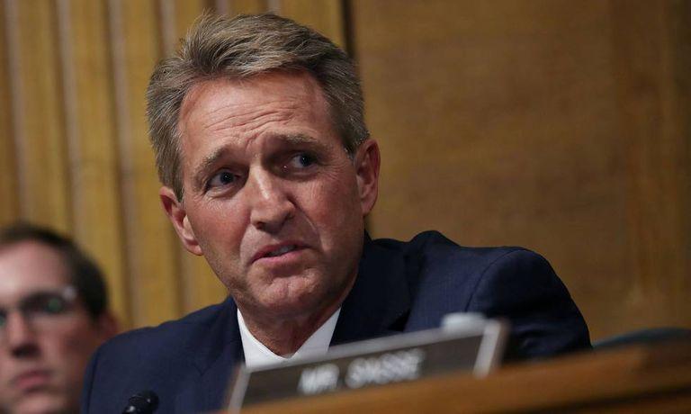 O senador Jeff Flake, do Arizona, ouve Kavanaugh no Senado, nesta quinta-feira.