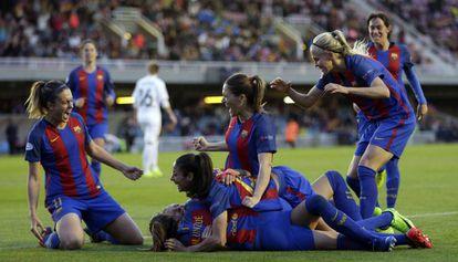 As jogadoras do Barça celebram o gol de Hermoso.