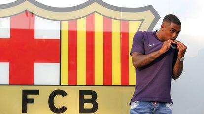 Malcom beija o escudo do Barcelona em sua apresentação.