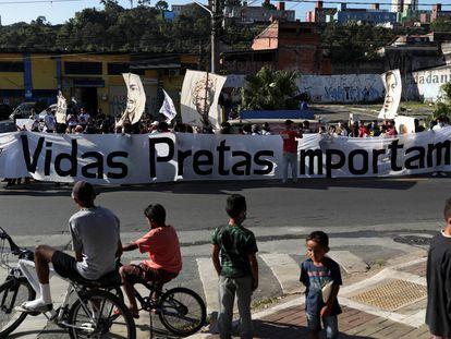 Manifestantes protestam contra a violência policial e racial em São Paulo, em julho de 2020.